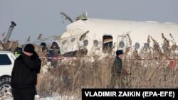 Спасатели на месте крушения пассажирского самолета вблизи алматинского аэропорта. 27 декабря 2019 года.