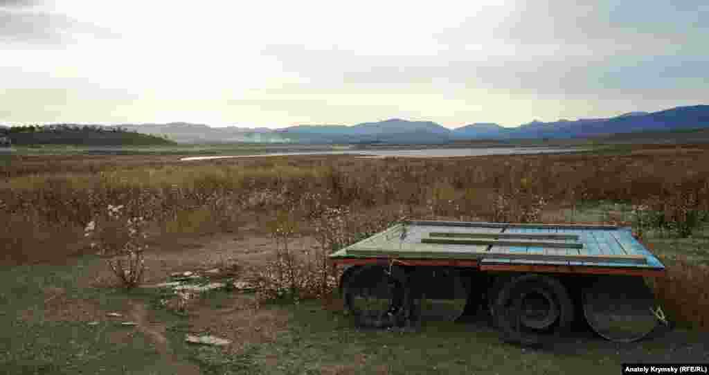 Причал біля дачного масиву «Дружба». Вода Тайганського водосховища відійшла далеко назад.