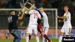 Një simpatizues i Serbisë e qëllon me karrige lojtarin e Shqipërisë ( futbollisti me fanelën nr. 19) në ndeshjen më 14 tetor 2014 në Beograd