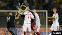 Pamje kur një simpatizues i Serbisë e qëllon me karrige futbollistin shqiptar Bala (numër 19) në ndeshjen e parë më 14 tetor në Beograd