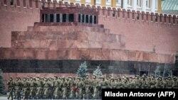 Російські вояки на репетиції параду на Червоній площі у жовтні 2017 року