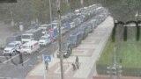 Міліцэйскія машыны і людзі ў вайсковай форме з сабакамі каля адміністрацыі прэзыдэнта ў Менску 9 жніўня