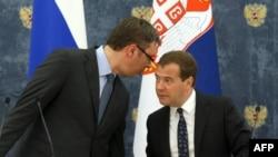 Dmitry Medvedev (sağda) Aleksandar Vucic ilə, arxiv fotosu