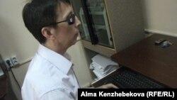 Заместитель директора республиканской библиотеки для незрячих и слабовидящих Максут Джумабеков во время работы на брайлевском дисплее. Алматы, 24 июля 2014 года.