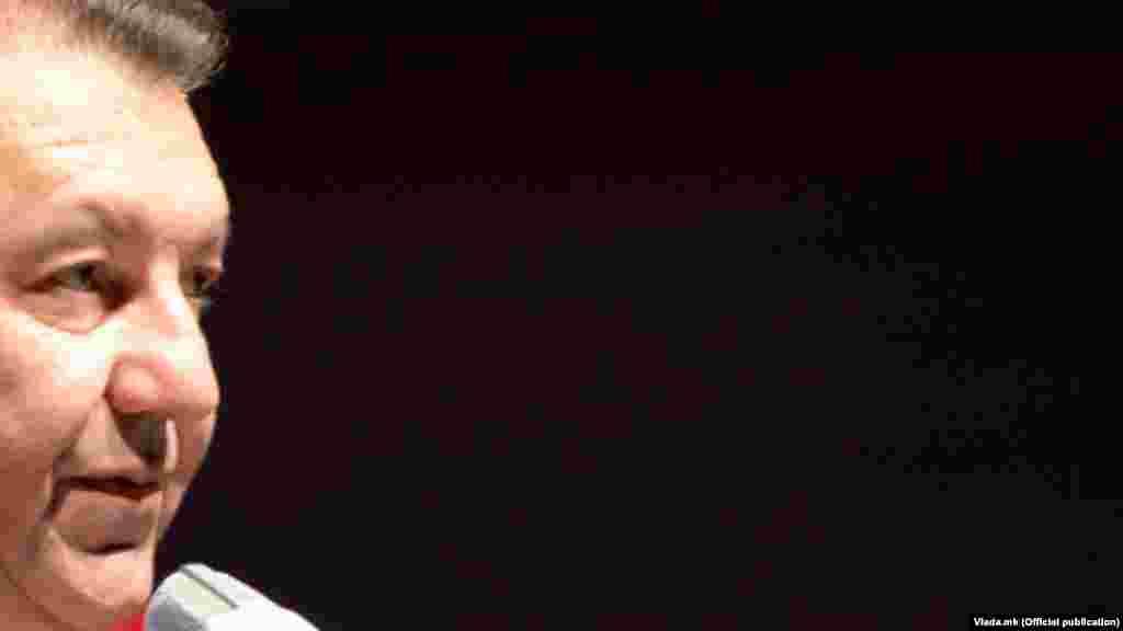 МАКЕДОНИЈА - Ректорот на Универзитетот Св. Кирил и Методиј, Никола Јанкуловски, земал две плати, една од клиниката за Дигестивна хирургија и една како ректор на УКИМ, соопшти Државната комисија за спречување на корупцијата (ДКСК). Било утврдено дека по изборот како ректор, тој не го ставил во мирување своето работно место на Дигестивна хирургија, а согласно законот требало.
