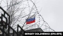 Российский флаг на территории посольства России в Киеве.