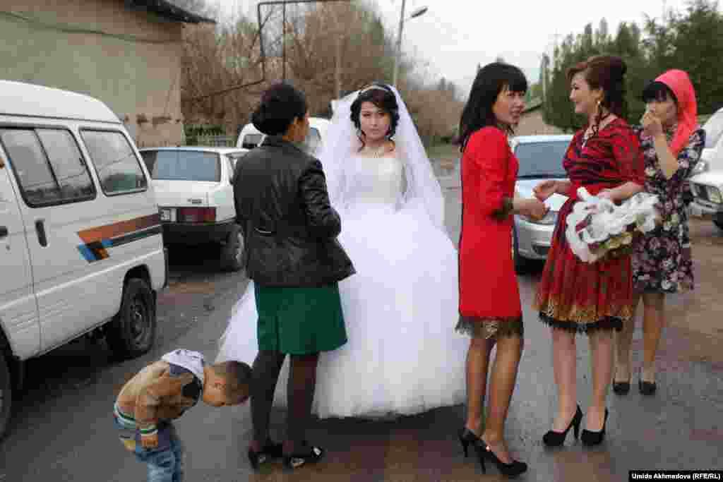 21-летняя невеста Аякоз Бимирзаева с подругами перед рестораном в Газалкенте в день «кыз узату» (так называют проводы невесты). Со своим женихом, 27-летним Куанышем Утесиевым, она познакомилась благодаря родственникам. После знакомства прошло сватовство.