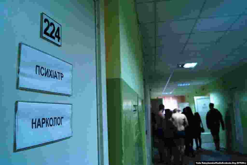 У Дніпропетровському обласному військкоматі вже триває призовна робота. Розпочалась попередня медична комісія: юнаки проходять обстеження у фахівців – невропатологів, терапевтів, окулістів, наркологів