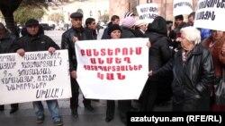 Ցմահ դատապարտյալների հարազատների բողոքի ցույցը Հանրապետւթյան հրապարակում: