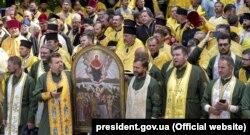 Під час відзначення 1030-річчя хрещення Русі-України, коли була проведена хресна хода «За єдину помісну церкву». На передньому плані стоять військові капелани. Київ, 28 липня 2018 року