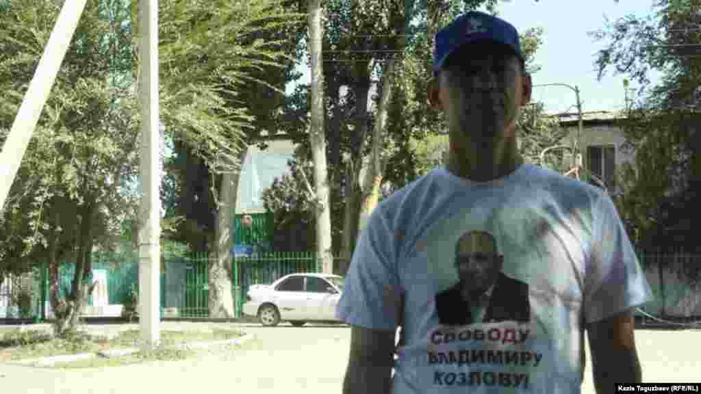 Гражданские активисты, приехавшие поздравить Козлова, надели майки с изображением заключенного оппозиционного политика и с призывом о его освобождении.