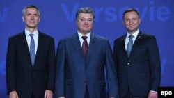 Генэральны сакратар НАТО Енс Столтэнбэрг, прэзыдэнт Украіны Пятро Парашэнка, прэзыдэнт Польшчы Анджэй Дуда