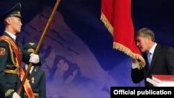 Алмазбек Атамбаев президенттик кызматка 2011-жылдын 1-декабрында расмий киришкен жана анын мөөнөтү 2017-жылдын декабрында аяктайт.