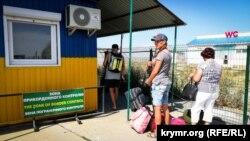 В ожидании проверки документов на КПВВ «Чонгар». Херсонская область, 24 июля 2018 года. Иллюстрационное фото