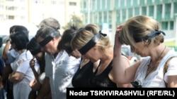 Журналистер Тбилисидегі ішкі істер министрлігі ғимараты алдында наразылық танытып жатыр. 8 шілде 2011 жыл.