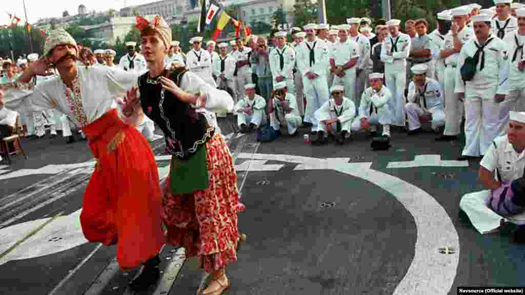 Від Чорноморського флоту гостей жартівливими українськими танцями розважав флотський ансамбль пісні і танцю