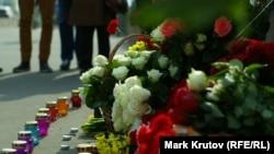 Цветы и свечи на месте убийства российского оппозиционного политика Бориса Немцова. Москва, 28 марта 2015 года.