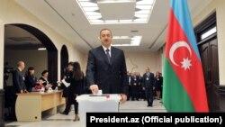 Чинний президент Азербайджану Ільгам Алієв прийшов з родиною проголосувати на парламентських виборах, 1 листопада 2015 року