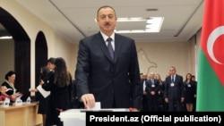 İlham Əliyev səs verir.