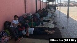 Граждане Таджикистана, которые застряли из-за закрытия границ и живут на автовокзале. Туркестанская область, 2 июня 2020 года.