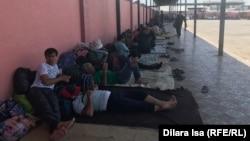 شهروندان تاجکستان که در مرز ازبکستان بخاطر ویروس کرونا گیر ماندهاند