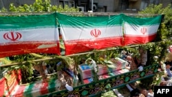 Iran -- Iranians march during the funeral of the victims of the attacks on Tehran's parliament complex and the shrine of revolutionary leader Ayatollah Ruhollah Khomeini, in the capital Tehran, June 9, 2017