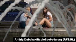 Літня спека біля фонтанів на Майдані Незалежності в Києві