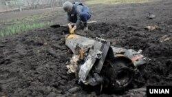 Корпус стартового прискорювача ракети зенітно-ракетного комплексу «Куб», знятого в Україні з озброєння, після детонації і вильоту з території складів у Балаклії, 24 березня 2017 року