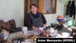 Жительница села Долинка Эмине на веранде своего дома