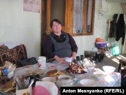 Жителька села Долинка Еміне на веранді свого будинку