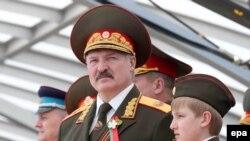 Президент Белоруссии Александр Лукашенко на военном параде в Минске вместе с младшим сыном Николаем