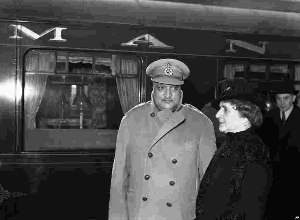 In 1947 Kashmir had a mostly Muslim population but a Hindu ruler. Maharajah Hari Singh (pictured in London) needed to decide if his region would join India, Pakistan, or become an independent state.