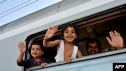 Діти-біженці у потязі, що перетинає кордон між Сербією та Хорватією, 17 вересня 2015 року