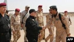 Прем'єр Іраку Хайдар аль-Абаді (у центрі) в Мосулі, 9 липня 2017 року, фото поширене прес-службою голови іракського уряду