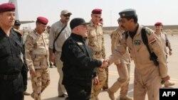 Ирак премьер-министрі Хайдар әл-Абади (ортада) үкімет армиясының офицерлерімен бірге. Мосул, 9 шілде 2017 жыл. (Ирак үкіметінің баспасөз қызметі таратқан сурет.)