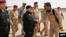 Прем'єр Іраку Хайдер аль-Абаді (у центрі) в Мосулі, 9 липня 2017 року, фото поширене прес-службою голови іракського уряду