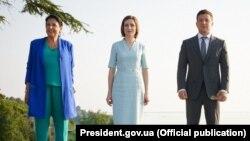Зліва направо: президентка Грузії Саломе Зурабішвілі, президентка Молдови Мая Санду та президент України Володимир Зеленський