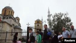 Xhamia dhe Kisha Katolike në të njejtin oborr, Ferizaj.