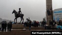 Монумент Независимости в Алматы. 16 декабря 2013 года.