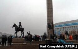 Возложение цветов к монументу Независимости в Алматы. 16 декабря 2013 года.