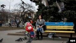 Жінка з дитиною у Слов'янську. Березень 2015 року