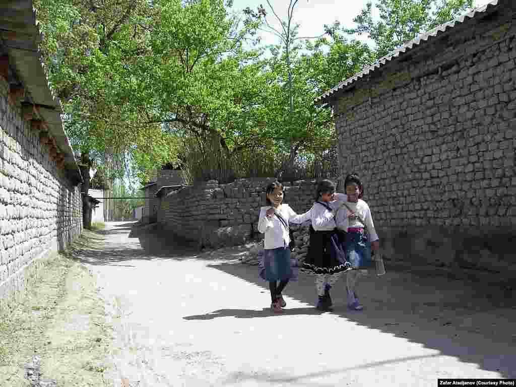 Но в последнее время предпринимаются попытки наладить обучение уйгурскому языку школьников