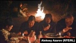 """Кадр из фильма """"Чума в ауле Каратас"""" режиссера Адильхана Ержанова."""