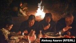 Пир во время чумы. Кадр из фильма казахстанского режиссера Адильхана Ержанова «Чума в ауле Каратас».