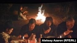 Пир во время чумы. Кадр из фильма Адильхана Ержанова «Чума в ауле Каратас».