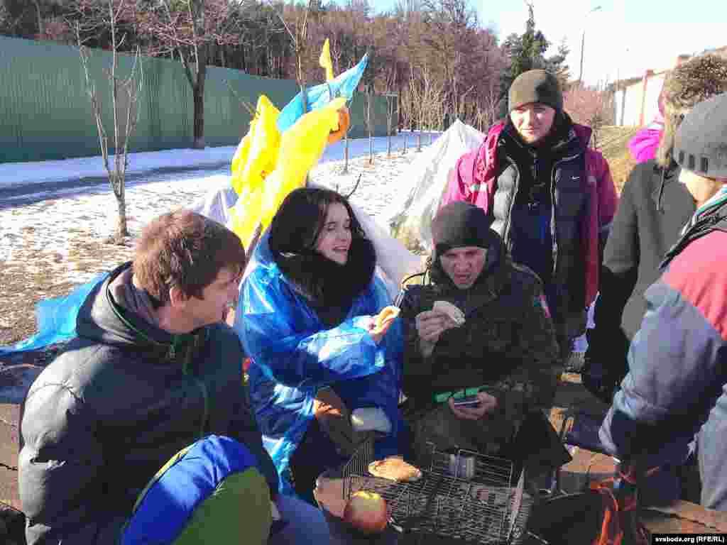 Грамадзкая актывістка Наста Дашкевіч (у цэнтры), удзельніца абароны Курапатаў у лютым-сакавіку 2017 году.