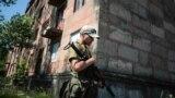 Українські військові патрулюють у зруйнованому війною Золотому-4