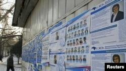 Предвыборные плакаты на улицах Алматы, 11 января 2012 года.