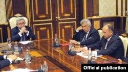 Армениянын президенти Серж Саргсян Улуттук коопсуздук боюнча кеңеште.