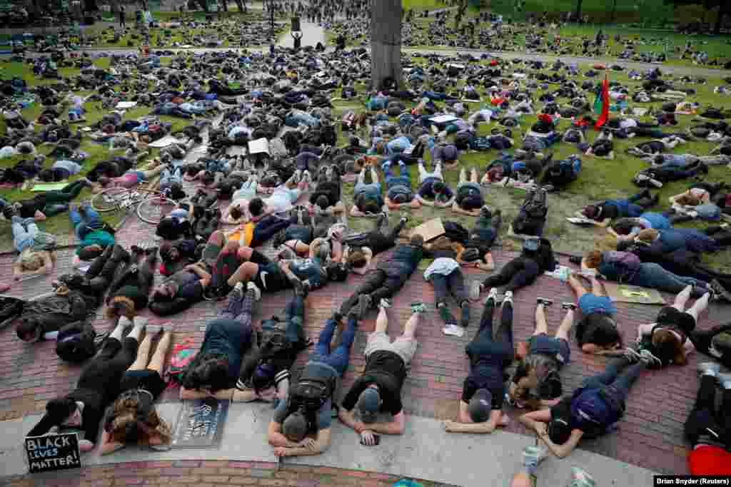 Люди беруть участь у флешмобі «вмирання» під час протесту, викликаного смертю в Міннеаполісі чорношкірого американця Джорджа Флойда. Бостон, штат Массачусетс. 3 травня 2020 року (ФотоREUTERS/Brian Snyder)